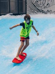 Wave Surf Café - Enfant sur un surf
