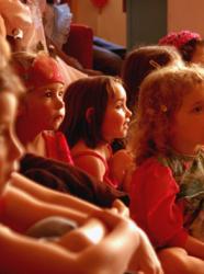 Les enfants hypnotisés par le spectacle !