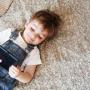 Enfant jouant avec une tablette