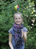 Petite fille qui jongle