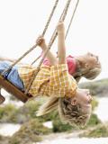 Enfants sur une balançoire