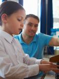 Une petite fille apprend à jouer du piano