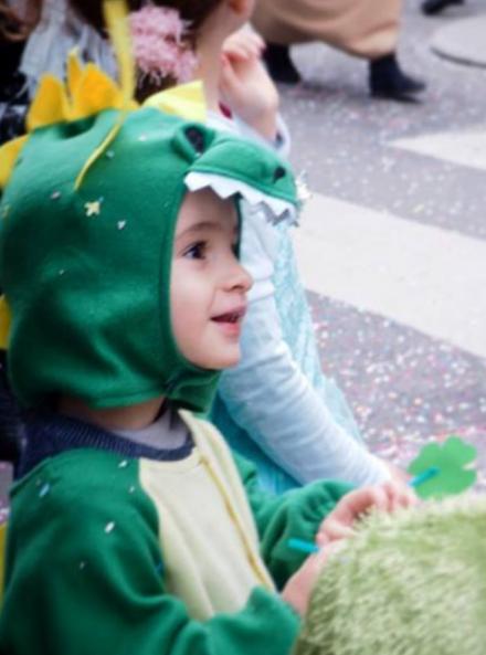 Carnaval de Nantes 2019 : enfant déguisé en dinosaure