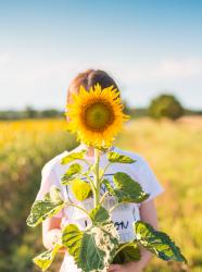 Une enfant et sa fleur de tournesol