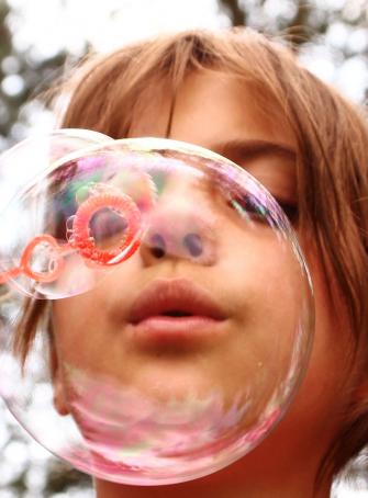 Enfant bulle de savon