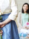 Enfant offre un bouquet à sa maman