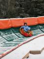 Un enfant s'amuse dans le tube de glisse.