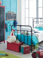 Un lit en métal