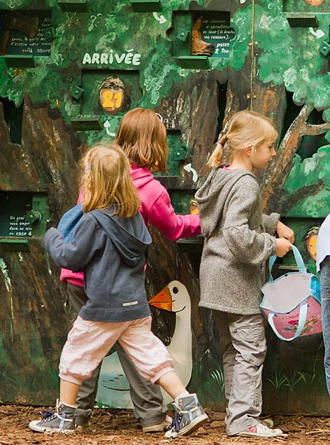 Des enfants s'amusent au parc Ste Croix