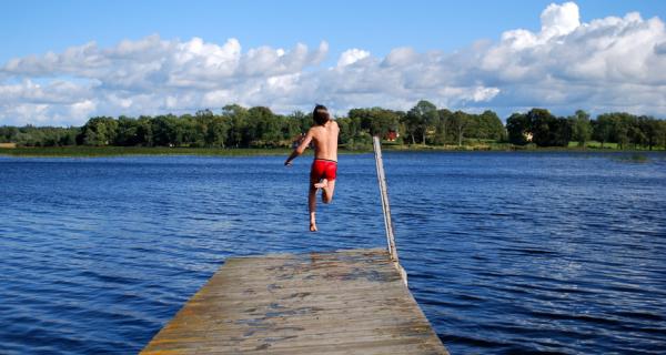 Baignade dans les lacs d'Auvergne en famille