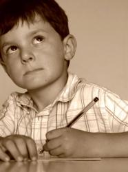 Printemps des poètes : enfant qui écrit