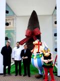 Pascal Fliche, le Directeur Général du parc Astérix, et le chocolatier Cartron ont coupé le cordon d'inauguration devant
